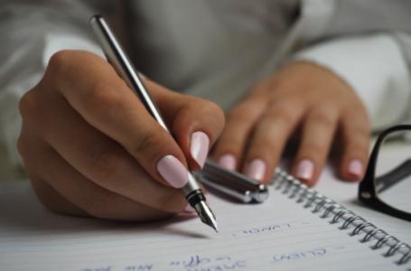 5 motive susținute de știință pentru care agendele personalizate de hârtie sunt mai bune decât cele digitale