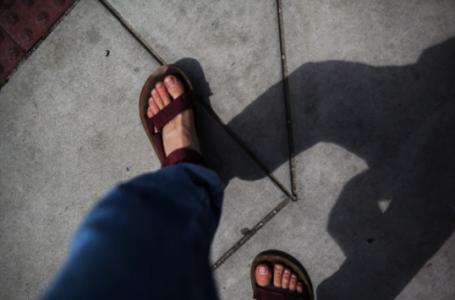 Cum se poarta sandalele în outfituri masculine